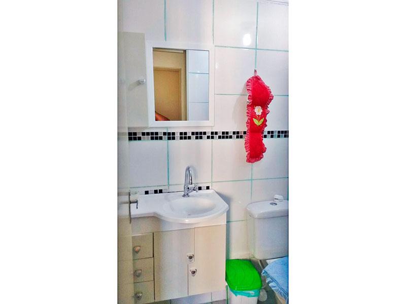 Sacomã, Apartamento Padrão-Banheiro social com piso de cerâmica, teto com moldura de gesso, gabinete, pia sintética e box de vidro.