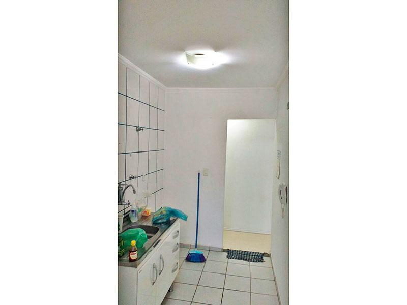 Sacomã, Apartamento Padrão-Cozinha com piso de cerâmica, teto com moldura de gesso, gabinete, pia de aço inox e acesso a área de serviço.