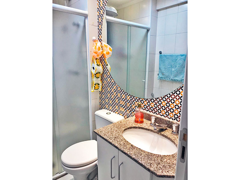 Ipiranga, Apartamento Padrão-Banheiro da suíte com piso de cerâmica, teto com moldura de gesso, gabinete, pia de mármore e box de vidro.