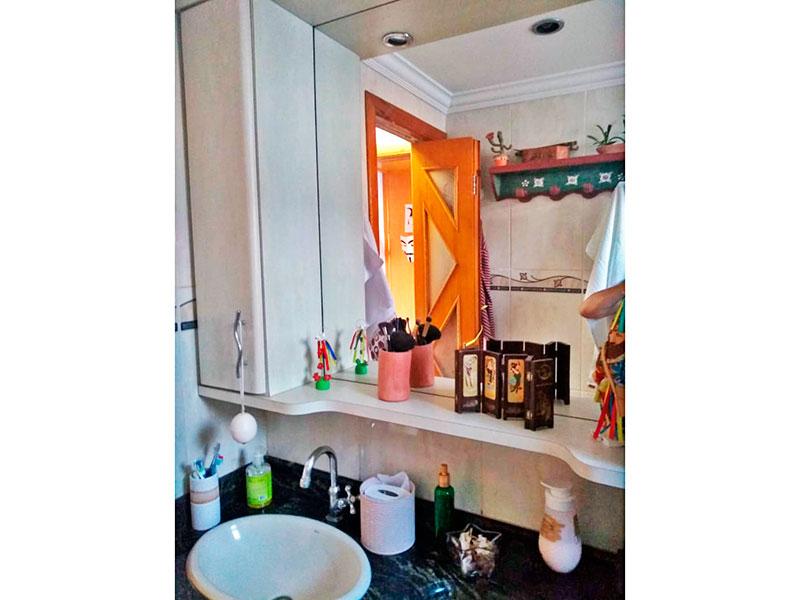 Sacomã, Apartamento Padrão-Banheiro social com piso de cerâmica, teto com moldura de gesso, pia de mármore e box de vidro.