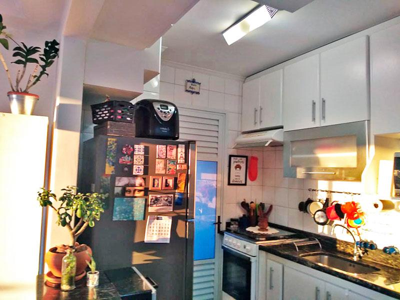 Sacomã, Apartamento Padrão-Cozinha americana com piso de cerâmica, teto com moldura de gesso, armários planejados, gabinete, pia de mármore e acesso a área de serviço.