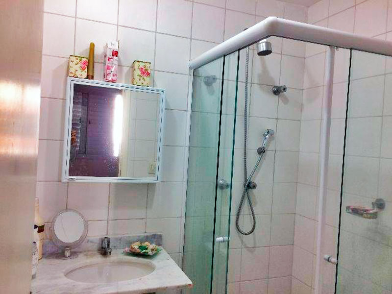 Ipiranga, Apartamento Padrão-Banheiro da suíte com piso de cerâmica, pia de mármore e box de vidro.