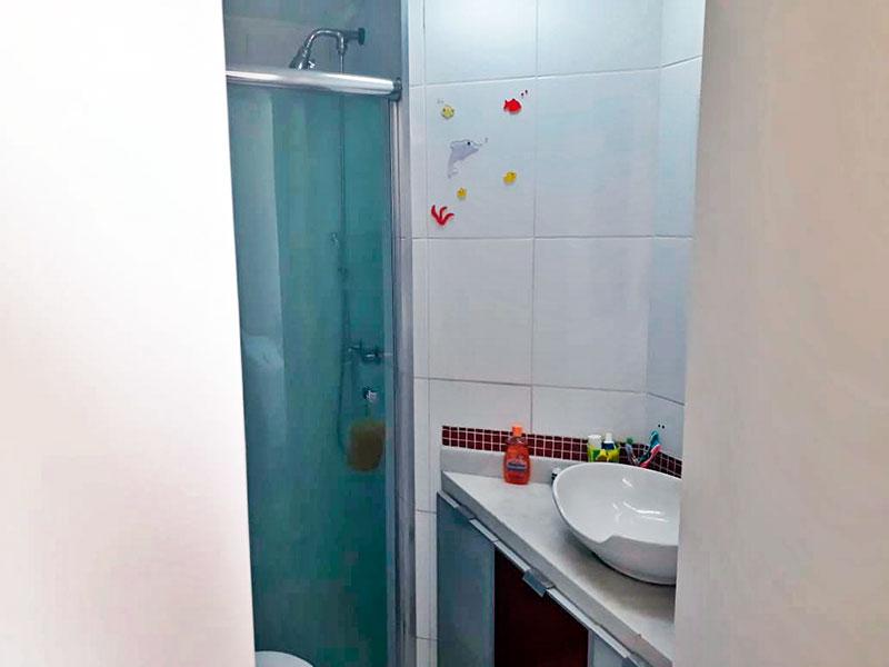 Jabaquara, Apartamento Padrão-Banheiro social com piso de cerâmica, teto com moldura de gesso, gabinete, pia sobreposta e box de vidro.