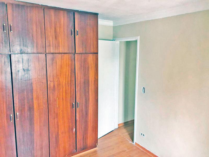 Jabaquara, Apartamento Padrão-1º Quarto com piso laminado, teto com moldura de gesso e armários planejados.
