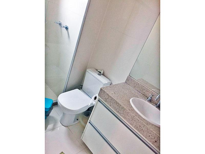 Jabaquara, Apartamento Padrão-Banheiro social com piso de porcelanato, gabinete, pia de mármore e box de vidro.