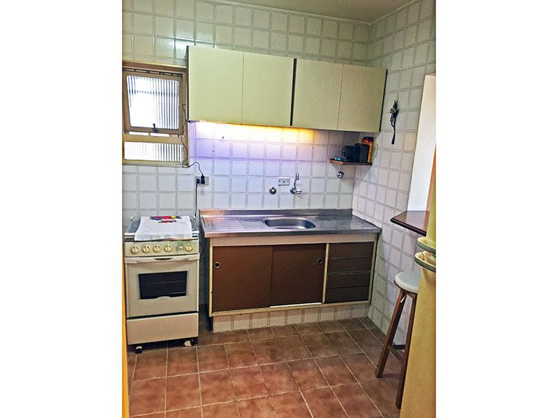 Ipiranga, Apartamento Padrão-Cozinha com piso de cerâmica, gabinete, pia de aço inox e acesso a área de serviço.