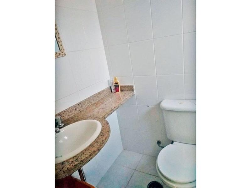 Sacomã, Apartamento Padrão-Banheiro social com piso de cerâmica, pia de granito e box de vidro.