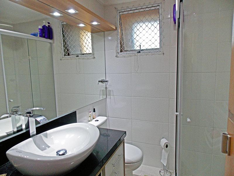 Ipiranga, Apartamento Padrão-Banheiro social com piso de cerâmica, teto com moldura de gesso, iluminação embutida, gabinete, pia sobreposta e box de vidro.