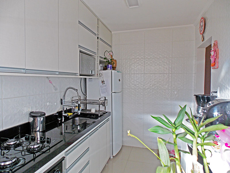 Ipiranga, Apartamento Padrão-Cozinha com piso de porcelanato, teto com moldura de gesso, armários planejados, gabinete, cooktop, pia de granito e acesso a área de serviço.
