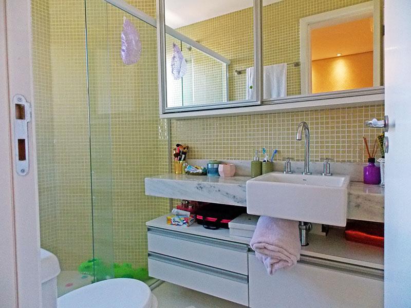 Ipiranga, Apartamento Padrão-Banheiro da suíte com piso de cerâmica, gabinete, pia de granito e box de vidro.
