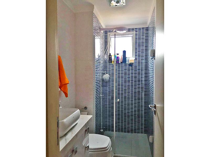 Sacomã, Apartamento Padrão-Banheiro social com piso de cerâmica, teto com moldura de gesso, gabinete pia sobreposta e box de vidro.
