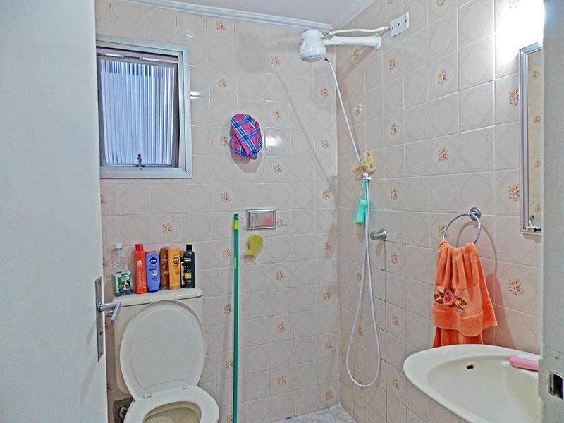 Ipiranga, Apartamento Padrão-Banheiro da suíte com piso de cerâmica, teto com moldura de gesso, pia de porcelana e box.