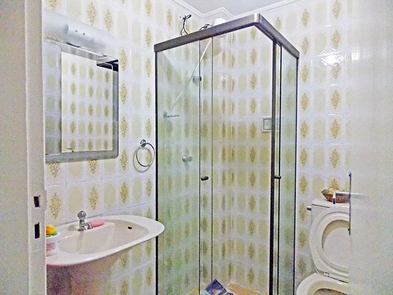 Ipiranga, Apartamento Padrão-Banheiro social com piso de cerâmica, teto com moldura de gesso, pia de porcelana e box de vidro.