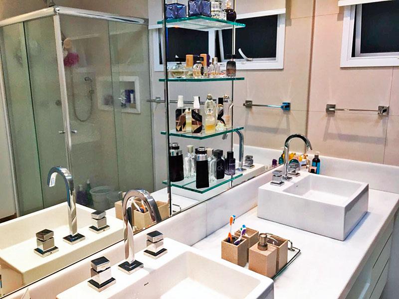 Ipiranga, Apartamento Padrão-Banheiro da 1ª Suíte com piso de cerâmica, gabinete, pia sobreposta e box de vidro.
