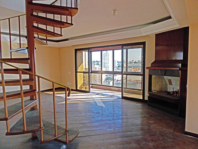 Ipiranga, Cobertura Duplex - Sala do piso inferior ampliada (com o 4º quarto), com piso de madeira, teto com sanca de gesso e acesso a varanda.