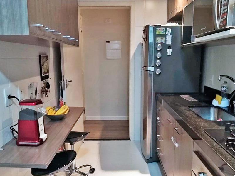 Sacomã, Apartamento Padrão-Cozinha com piso de porcelanato, iluminação embutida, armários planejados, gabinete, cooktop, pia de granito e acesso a área de serviço.