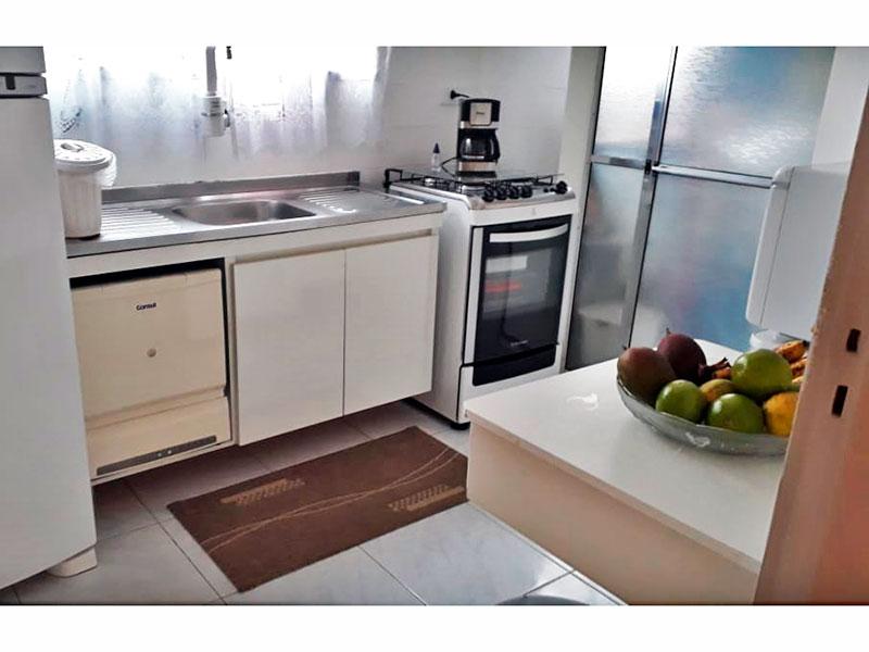 Jabaquara, Apartamento Padrão-Cozinha com piso de cerâmica, gabinete, pia de aço inox e acesso a área de serviço.