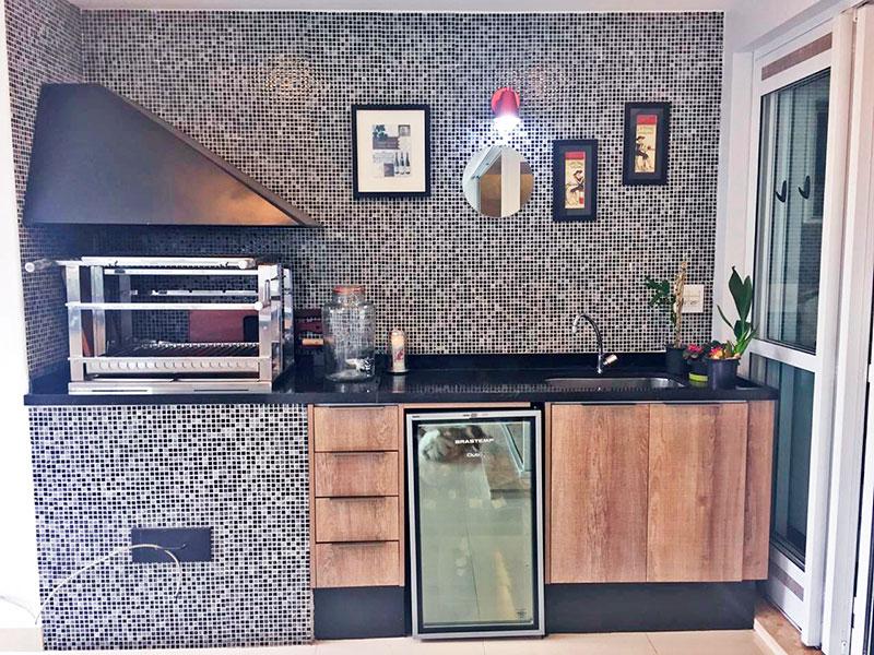 Ipiranga, Apartamento Padrão-Varanda gourmet com piso de porcelanato, teto com sanca de gesso e iluminação embutida, gabinete, pia de granito, churrasqueira e fechamento de vidro.