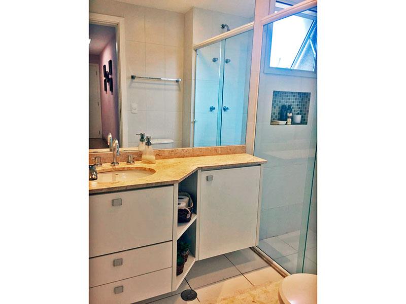 Ipiranga, Apartamento Padrão-Banheiro da 1ª suíte com piso de cerâmica, gabinete, pia de mármore e box de vidro.