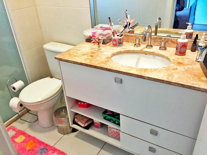 Ipiranga, Apartamento Padrão-Banheiro da 2ª suíte com piso de cerâmica, gabinete, pia de mármore e box de vidro.