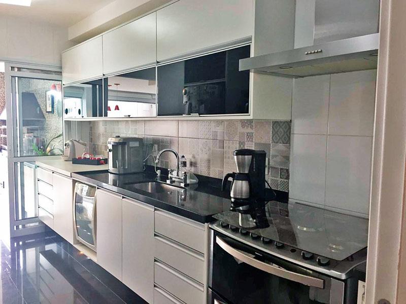 Ipiranga, Apartamento Padrão-Cozinha com piso de porcelanato, gabinete, pia de granito acesso a área de serviço e a varanda gourmet.
