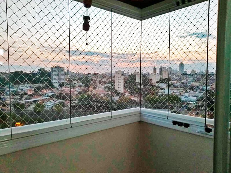 Sacomã, Apartamento Padrão-Sacada com piso de porcelanato, fechamento de vidro e tela de proteção.