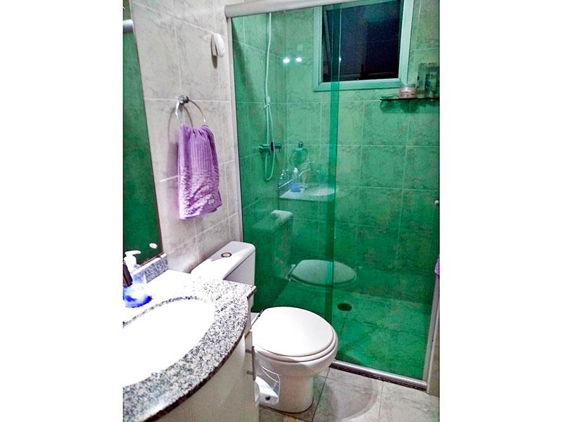 Sacomã, Apartamento Padrão-Banheiro da suíte com piso de cerâmica, gabinete, pia de mármore e box de vidro.