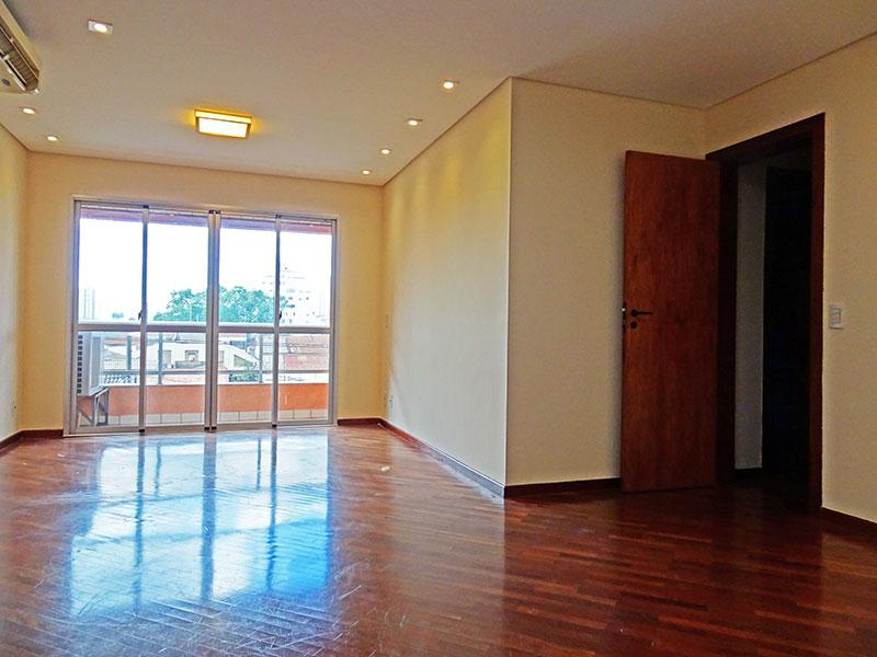 Ipiranga, Apartamento Padrão - Sala irregular com piso de taquinho, teto com sanca, iluminação embutida e acesso a sacada.