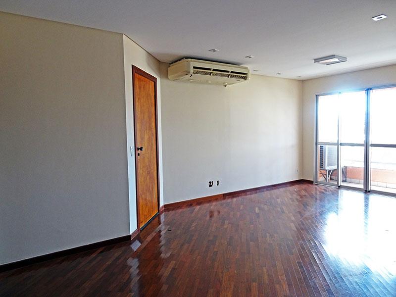 Ipiranga, Apartamento Padrão-Sala irregular com piso de taquinho, teto com sanca, iluminação embutida e acesso a sacada.