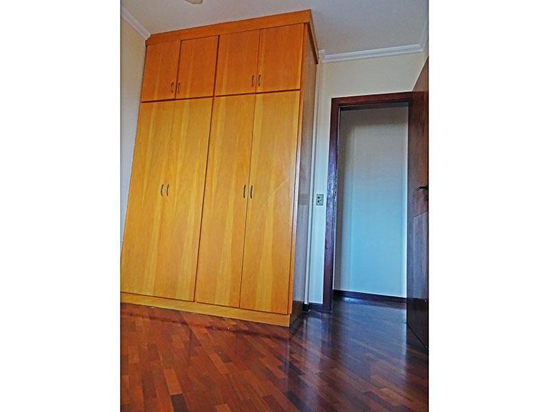 Ipiranga, Apartamento Padrão-3º Quarto com piso de taquinho, teto com moldura de gesso e armários planejados.