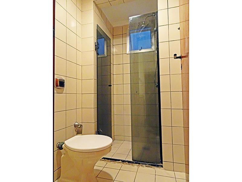 Ipiranga, Apartamento Padrão-Banheiro social com piso de cerâmica, teto com moldura de gesso, gabinete, pia externa de granito e box de vidro.
