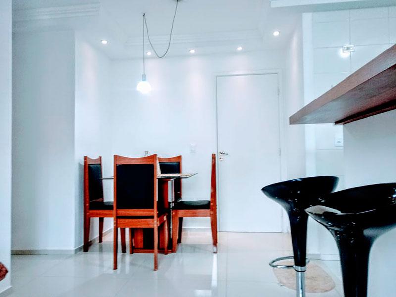 Sacomã, Apartamento Padrão-Sala com piso de porcelanato, teto com moldura de gesso, iluminação embutida e acesso a varanda.