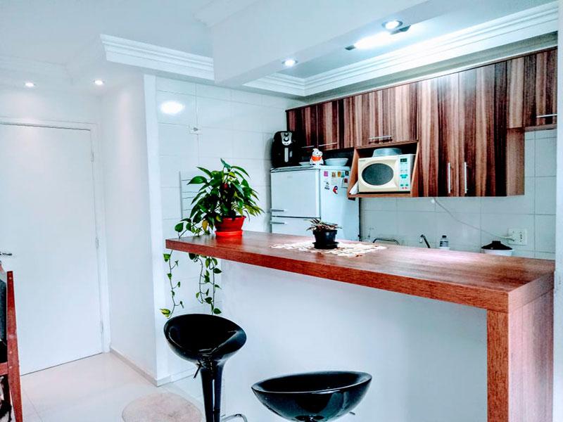 Sacomã, Apartamento Padrão-Cozinha americana com piso de cerâmica, teto com moldura de gesso, gabinete, armários planejados, pia de aço inox e acesso a área de serviço.
