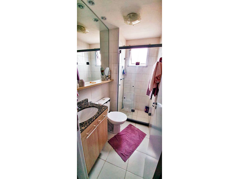Sacomã, Apartamento Padrão-Banheiro social com piso de cerâmica, iluminação embutida, gabinete, pia de mármore e box de vidro.