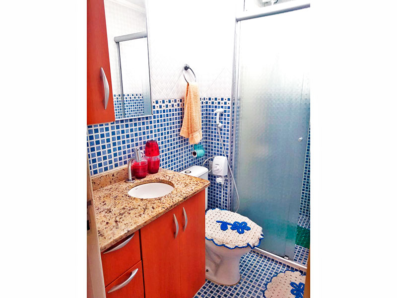 Sacomã, Apartamento Padrão-Banheiro social com piso de pastilha, teto com moldura de gesso, gabinete, pia de mármore e box de vidro.