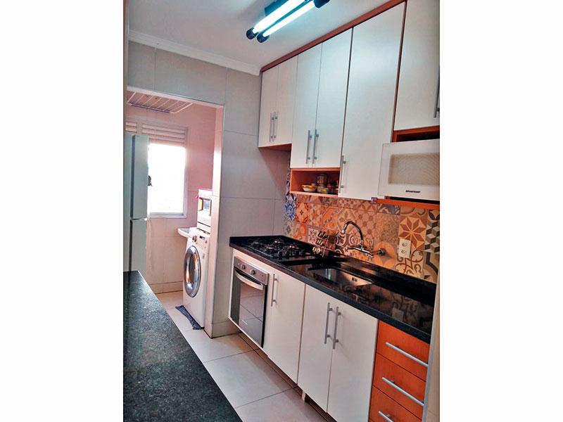 Sacomã, Apartamento Padrão-Cozinha americana com piso de cerâmica, teto com moldura de gesso, armários planejados, gabinete, cooktop, pia de granito e acesso a área de serviço.
