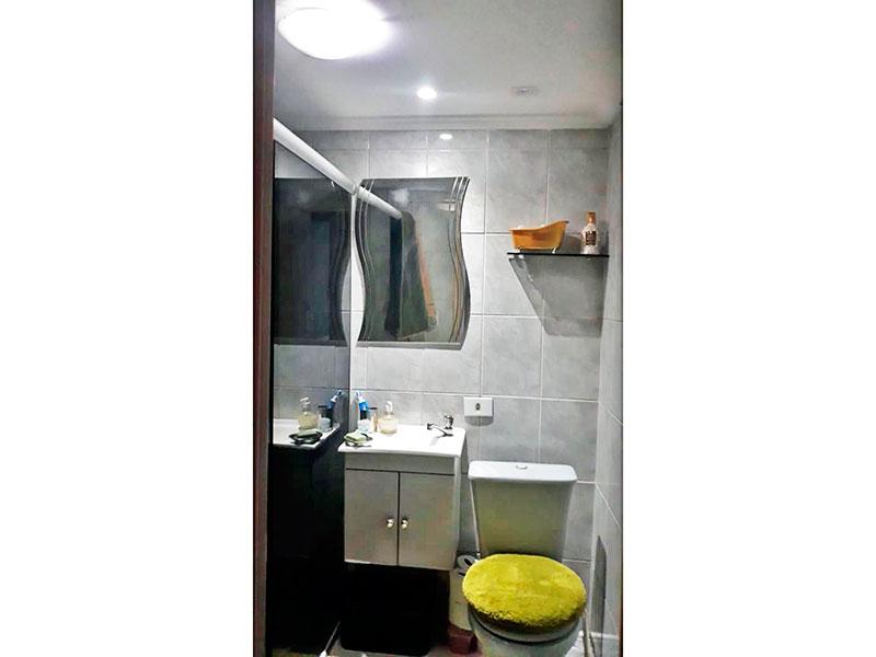 Jabaquara, Apartamento Padrão-Banheiro social com piso de cerâmica, iluminação embutida, gabinete, pia sintética e box de vidro.