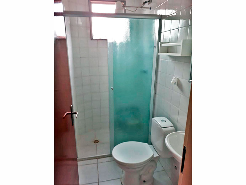 Jabaquara, Apartamento Padrão-Banheiro da suíte com piso de cerâmica, pia de porcelana e box de vidro.