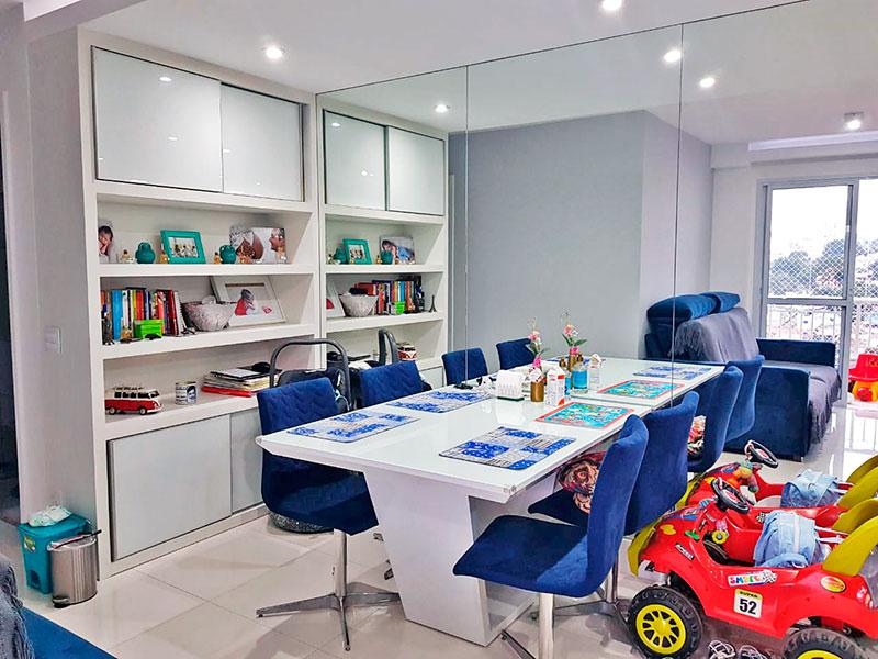 Jabaquara, Apartamento Padrão-Sala com piso de porcelanato, teto com sanca, iluminação embutida, armários embutidos e acesso a varanda.