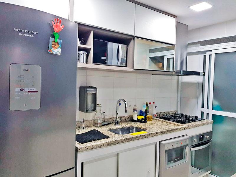 Jabaquara, Apartamento Padrão-Cozinha americana com piso de cerâmica, armários planejados, gabinete, cooktop, pia de granito e acesso a área de serviço.
