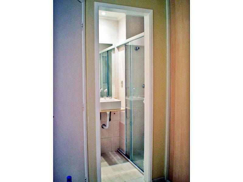 Sacomã, Apartamento Padrão-Banheiro da suíte com piso de cerâmica, teto com moldura de gesso, iluminação embutida, pia sobreposta e box de vidro.