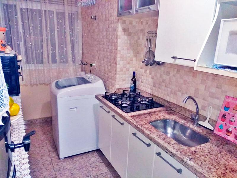 Sacomã, Apartamento Padrão-Cozinha integrada com a área de serviço, com piso de cerâmica, armários planejados, gabinete, cooktop e pia de granito.