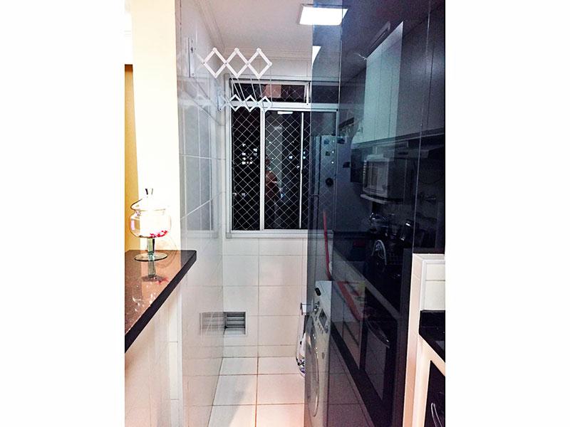 Sacomã, Apartamento Padrão-Área de serviço com piso de cerâmica, teto com moldura de gesso e aquecedor de passagem.