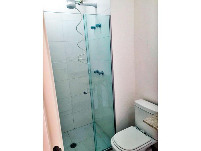 Ipiranga, Studio-Banheiro da suíte com piso de cerâmica, pia de granito e box de vidro.