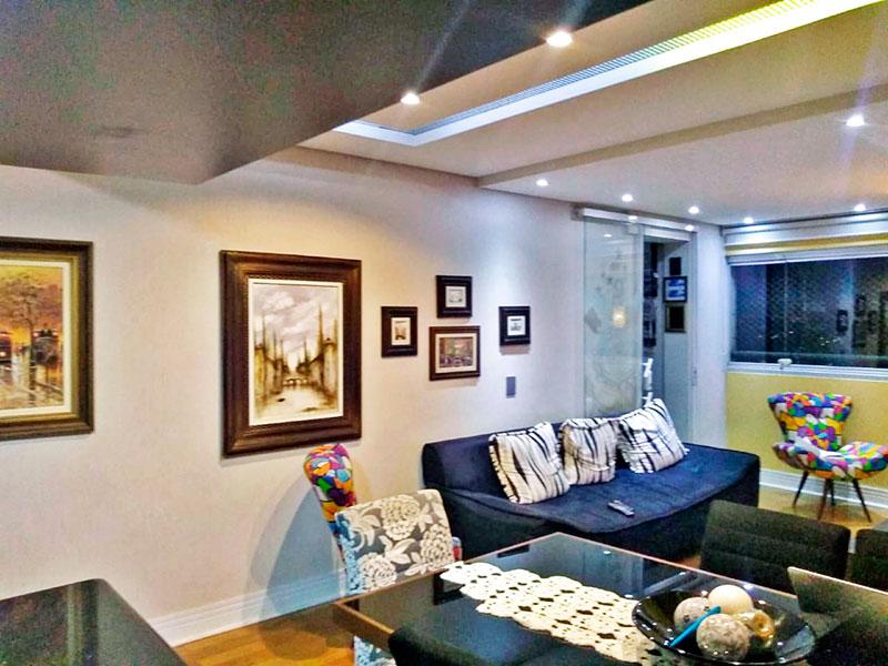 Sacomã, Cobertura-Sala em L com piso laminado, teto com sanca de gesso, iluminação embutida e acesso a varanda.