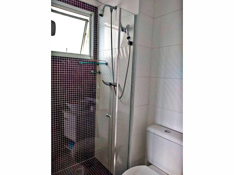 Sacomã, Cobertura-Banheiro da suíte com pia de porcelanato, teto com moldura de gesso, gabinete, pia sobreposta e box de vidro.