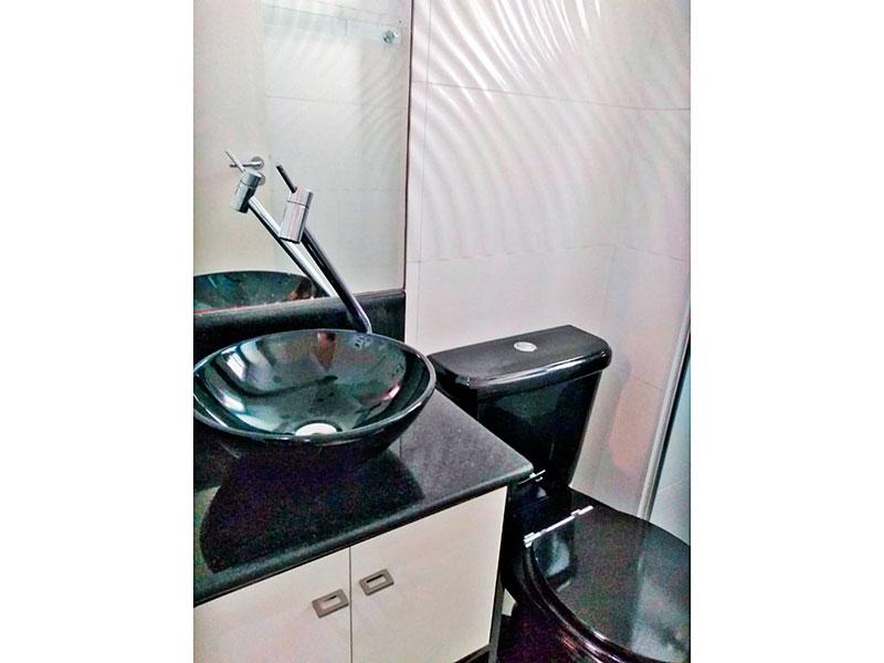 Sacomã, Cobertura-Banheiro social com piso de porcelanato, teto com moldura de gesso, gabinete, pia sobreposta e box de vidro.