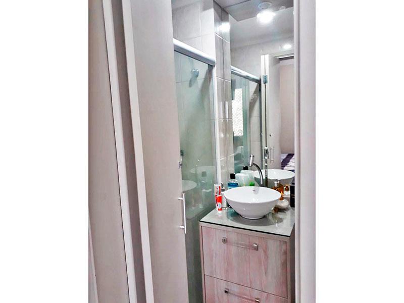 Sacomã, Apartamento Padrão-Banheiro da suíte com piso de cerâmica, teto com moldura de gesso, armários planejados, gabinete, pia sobreposta e box de vidro.