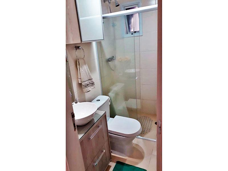 Sacomã, Apartamento Padrão-Banheiro social com piso de cerâmica, teto com moldura de gesso, armários planejados, gabinete, pia sobreposta e box de vidro.