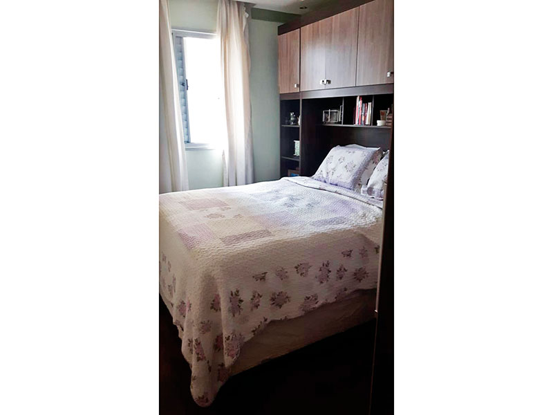 Ipiranga, Apartamento Padrão-Suíte com piso de carpete de madeira, teto com sanca, iluminação embutida e armários planejados.